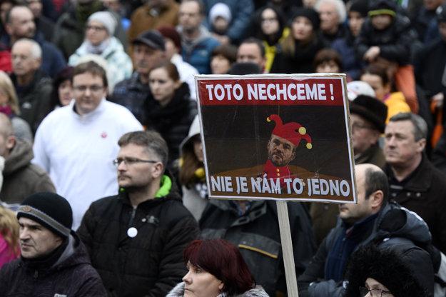 Približne dve tisícky ľudí sa zhromaždili na námestí v Trenčíne.