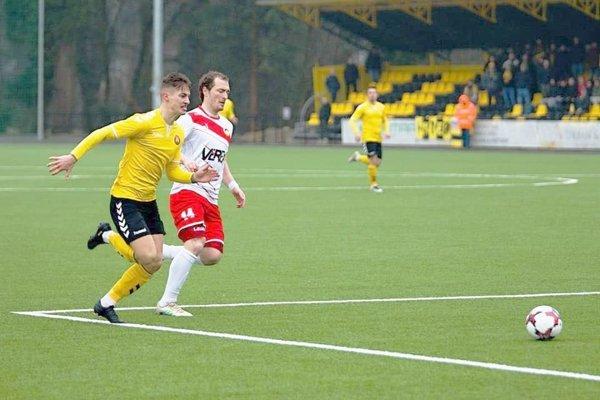 Ivan Lišivka (v bielom) zvádza rýchlostný súboj o loptu.