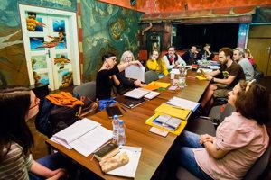 Tvorcovia a herci Starého divadla počas čítacej skúšky novej hry.