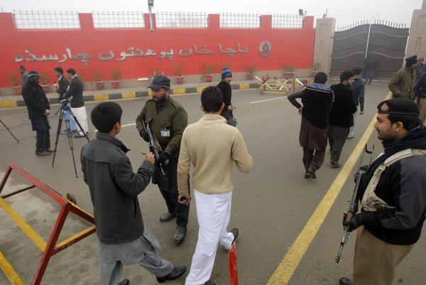 Pred pakistanskou univerzitou, v ktorej došlo k útokom stále hliadkujú policajné zložky.
