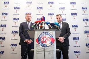 Budúci premiér Peter Pellegrini (vľavo) na spoločnej tlačovej konferencii po rokovaní s Andrejom Dankom.
