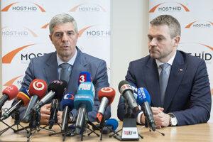 Béla Bugár (vľavo) a Peter Pellegrini na spoločnej tlačovej konferencii po rokovaní o menách ministrov.