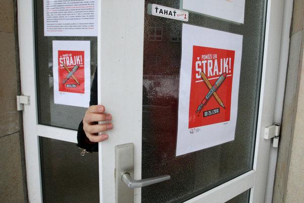 Od pondelka beží ostrý štrajk učiteľov.