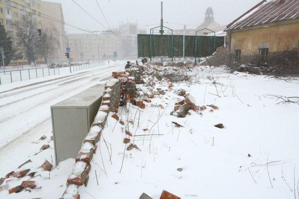 Zbúraný múr na Kuzmányho. Od utorka začnú s prácami na zabezpečenie areálu.
