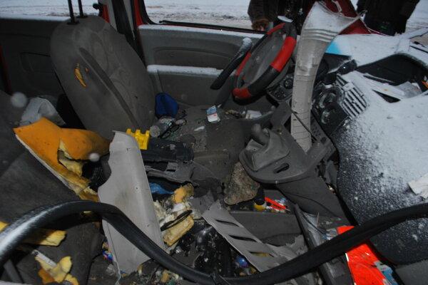 Auto poškodil výbuch a následný požiar.