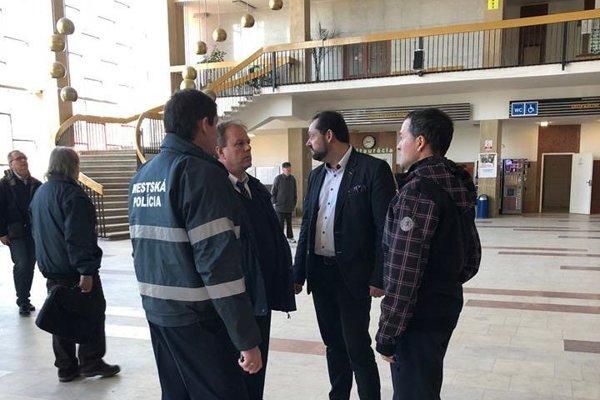 Primátor a náčelník mestskej polície si situáciu obzreli priamo na mieste.