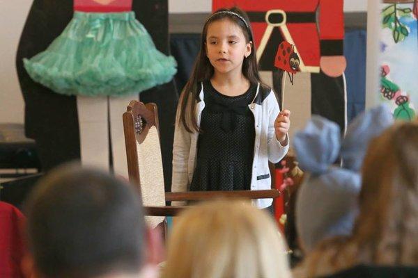 Pri recitovaní si deti pomáhali i rekvizitami.