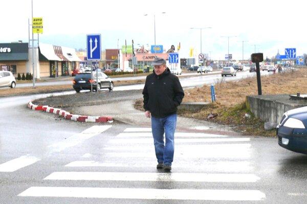 Priechod pre chodcov je vnoci slabo osvetlený, Filipa Kubičku už dvakrát skoro zrazilo auto.