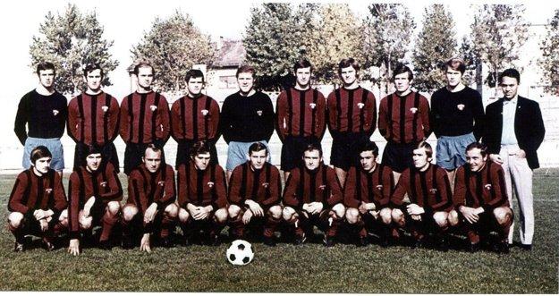 V sezóne 1970/1971 zdolali Spartakovci vo finále pohára Slovan.Horný rad zľava: Púchly, Kuna, Jarábek, Majerník, Geryk, Juska, Valentovič, Adamek, Keketi. Tréner V. Švec.Dolný rad zľava: Varadin, Dobiáš, Hagara, Fandel, Martinkovič, Hrušecký, Bôžik, Masrna, Kabát.