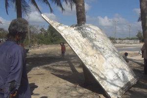 Na južné pobrežie Thajska vyplavilo veľký kus ohnutého kovu.