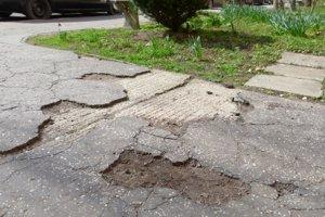 Rozbité chodníky sa dočkajú opravy v druhej polovici roka.