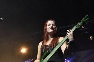 Basgitaristka. Veronika je prvá žena, ktorú medzi seba kapela pustila.