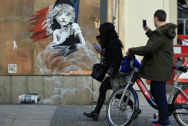 Banksyho uplakaná Cosette oproti francúzskej ambasáde v Londýbe.