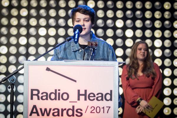 Ema Vašková, Changing Faces si preberá cenu Radio_Head Awards.