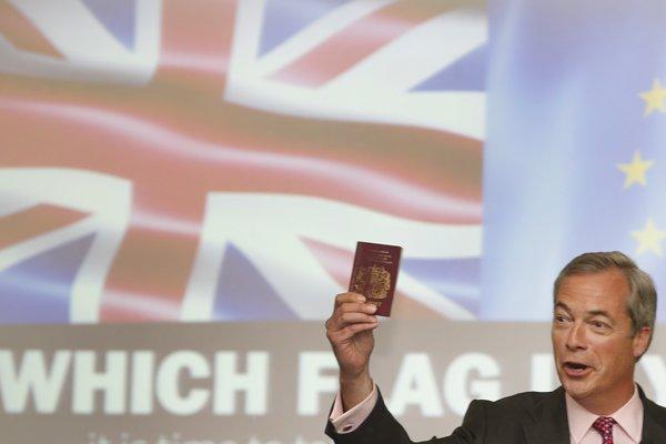 Líder protieurópskej strany UKip Nigel Farage drží britský pas počas prejavu na stretnutí s prívržencami v Londýne 22. júna 2016 v rámci posledného dňa kampane proti zotrvaniu Británie v EÚ.