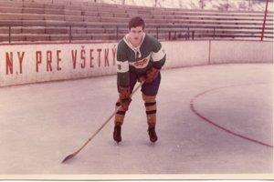19-ročný Miroslav Hlinka starší v drese Dukly Trenčín. V tom čase ešte nebol štadión zastrešený.