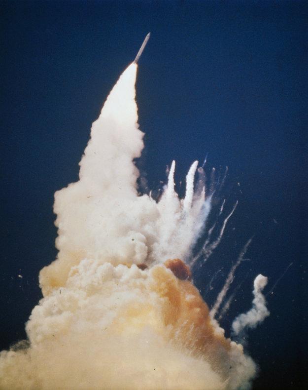 Poškodené tesnenie viedlo k vzplanutiu a neskôr výbuchu. Raketoplán Challenger sa rozpadol a všetci siedmi členovia posádky umreli.