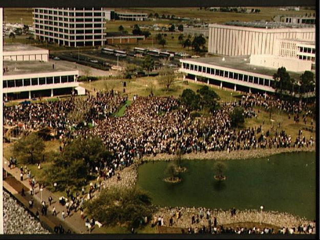 Na bohoslužbe boli tisícky zamestnancov NASA a rodina  a priatelia zosnulých astronautov.