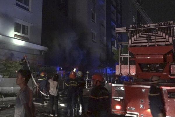 Požiarnici na mieste tragédie.