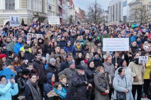 Aj dnes sa na proteste v Nitre očakáva účasť tisícok ľudí.