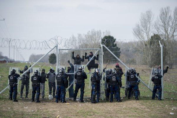 Slovenskí a maďarskí vojaci a policajti počas spoločného maďarsko-slovenského vojenského cvičenia s názvom Kooperačné úsilie 2018.