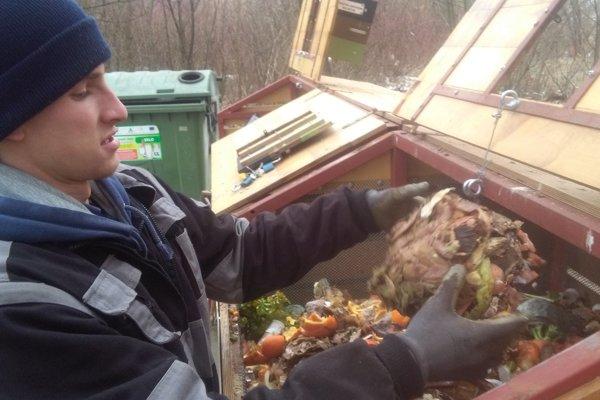 Michal Vavrík pri komunitnom kompostéri na Bajzovej ulici.