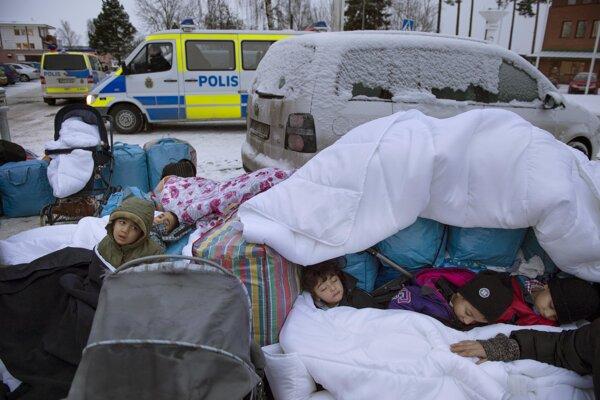 Sýrske deti spia pred migračným úradom vo švédskom meste Marsta.