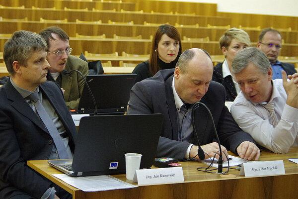 Poslankyňa Monika Bandúrová (vzadu v strede) prišla s návrhom na zaradenie bodu programu, kde chcela informovať o spolupráci s vysokou školou.