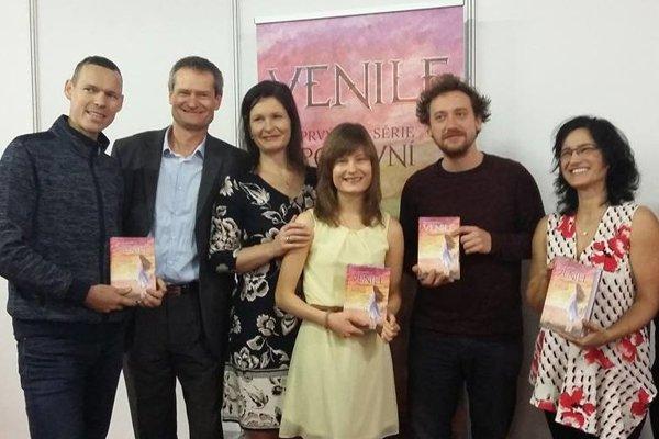Valentína Sedileková (uprostred) pri prezentácii svojej knihy.