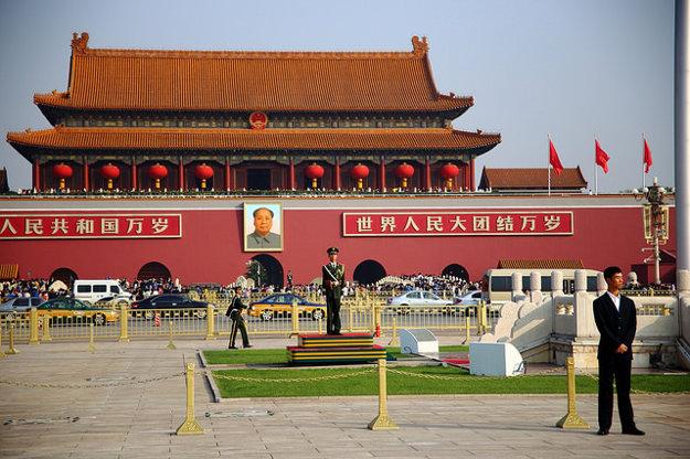 Námestie Nebeského pokoja v Pekingu neustále stráži polícia.