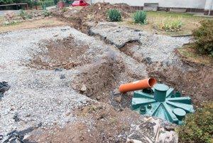 Pripojenie jazierka ku kanalizácii - odtok dažďovej vody do WC.