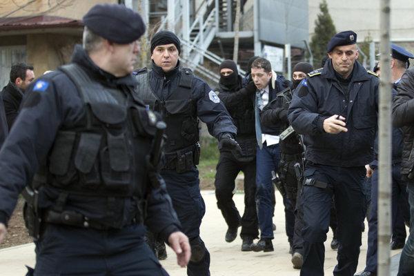 Marko Djurič v rukách kosovských ozbrojených zložiek.