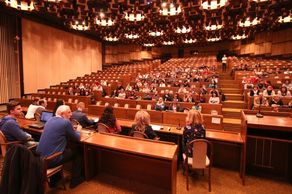 Neformálne stretnutie učiteľov s verejnosťou sa konalo v aule vysokej školy v Prievidzi.