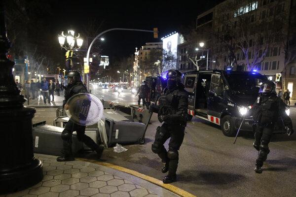 Protest Kataláncov proti zadržaniu Puigdemonta.