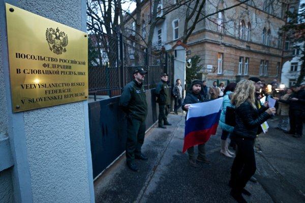 Protest pred budovou ruského veľvyslanectva v Bratislave.