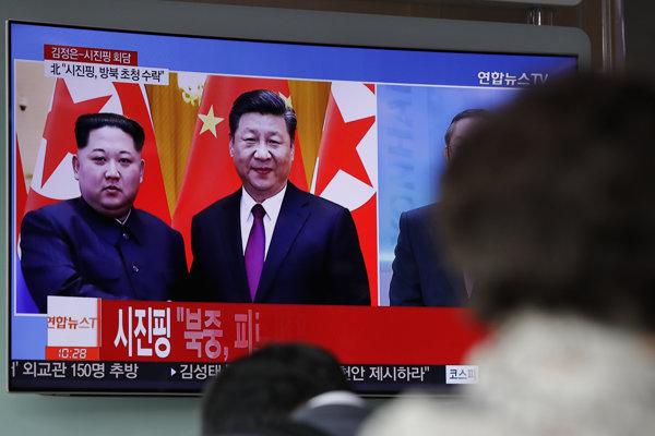 Vodca KĽDR Kim Čong-un s čínskym prezidentom Si Ťin-pchingom počas návštevy Pekingu.