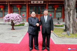 Kim Čong-un (vľavo) na stretnutí s čínskym prezidentom Si Ťin-pchingom.