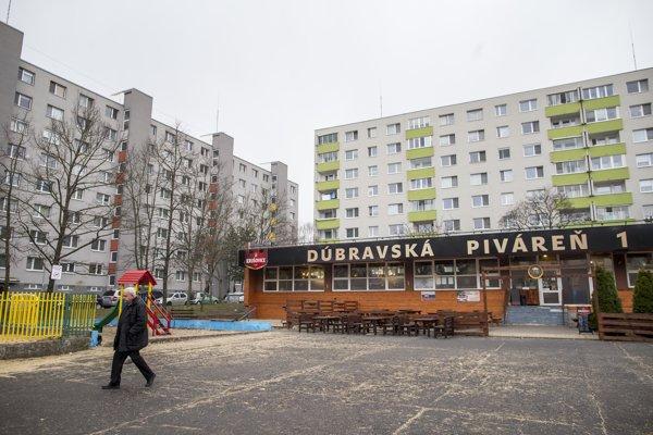 Dúbravská piváreň je umiestnená priamo medzi bytovkami.
