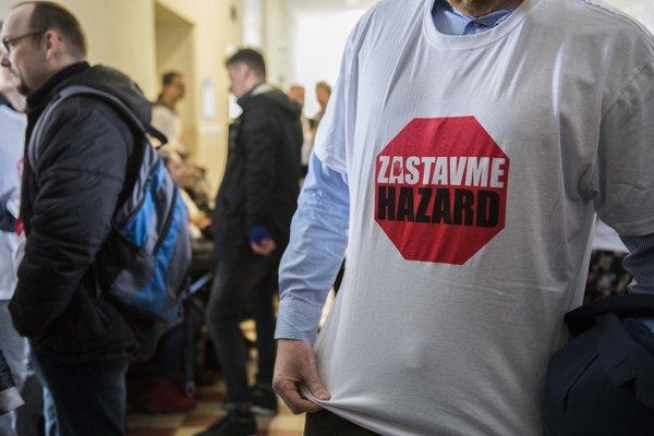 Podporovatelia zákazu hazardu čakajú pred pojednávaním ohľadom všeobecného nariadenia o zákaze hazardu na Krajskom súde v Bratislave.