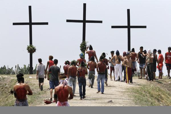 Niektorí veriaci na Filipínach sa nechali pribiť na kríž.