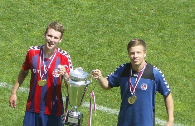 Marek Karvaš (vpravo) ešte v drese Senice. Vľavo Denis Ceplák, momentálne hráč Repišťa.