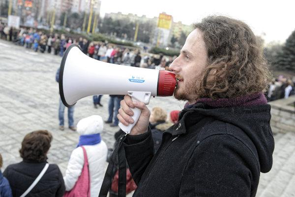 Viktor Pončák počas živá reťaze učiteľov v Košiciach.