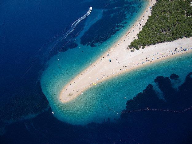 Pláž Zlatni rat na ostrove Brač.