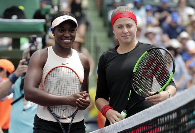 Sloane Stephensová (vľavo) a Jelena Ostapenková pred finálovým duelom.