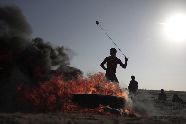 Palestínčania protestovali proti Izraelu aj hádzaním kameňov.