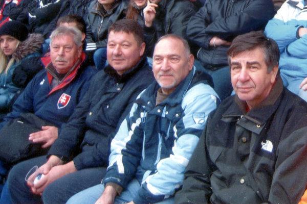 Emil Podhradský (prvý z prava) rád zavíta na zápasy Spartaka Myjava.
