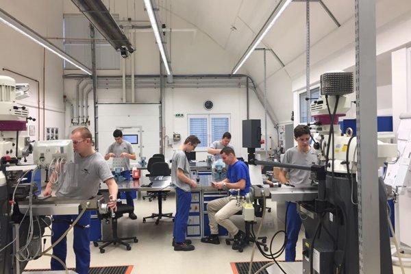 Vtejto duálnej dielni firmy Vacuumschmelze Horná Streda majú študenti pod vedením majstrov odborného výcviku praktickú výučbu na najmodernejších strojoch.