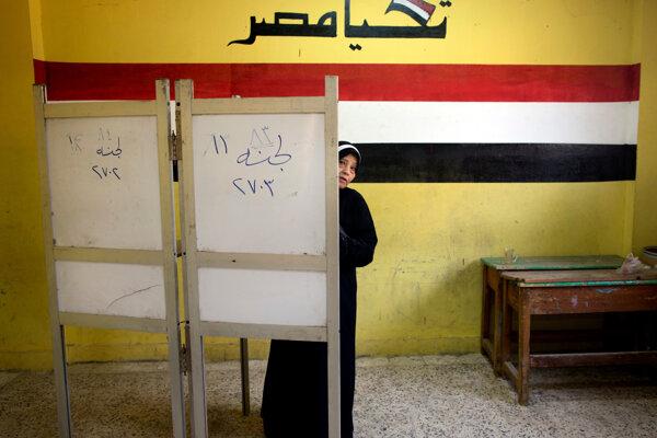 Niektorí voliči v Egypte vypovedali, že im bola ponúknutá odmena za odovzdanie hlasovacích lístkov, vrátane peňazí či potravín.
