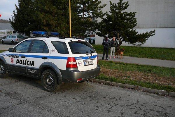 Polícia kontroluje, či psičkári dodržiavajú zákon aj VZN mesta.