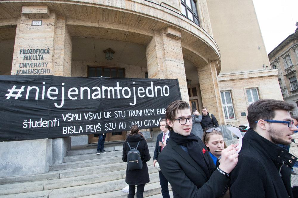10d0b990f Účastníci a študenti z iniciatívy #niejenamtojedno sa presúvajú na  zhromaždenie Za slušné Slovensko na Námestí SNP